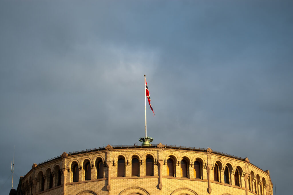 Stortingsbygningen med det norske flagget